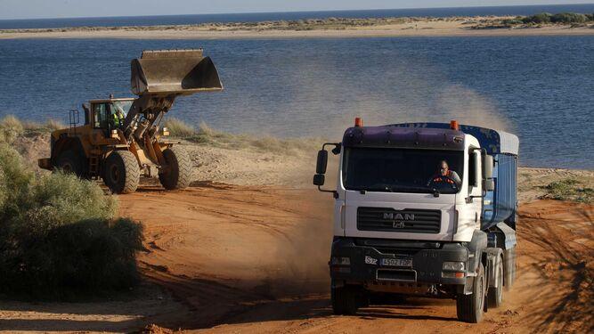Un camión cargado de arena con destino a la playa de La Antilla.