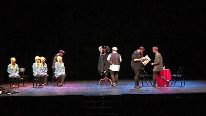 Representación de 'La eterna herencia' por el elenco de Tiflonuba Teatro, que ya la ha llevado de gira por distintos escenarios de la provincia onubense.