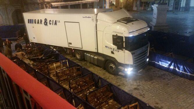 Imagen del camión tras arrollar los palcos de la plaza de las Monjas.