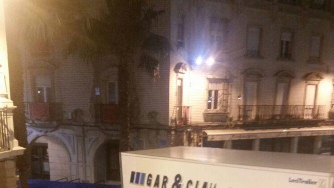 El camión, tras arrollar 15 palcos de la Carrera Oficial en la plaza de las Monjas.
