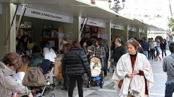 Muchos onubenses se acercan cada año a las casetas de la Feria del Libro instaladas en la Plaza de las Monjas.