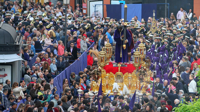 El paso del Nazareno avanza acompañado por una multitud entre la zona de palcos de la Carrera Oficial, en La Placeta.