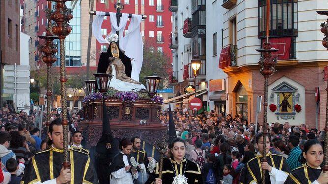 El paso de la Virgen de las Angustias avanza por la Plaza de San Pedro tras dejar San Andrés.