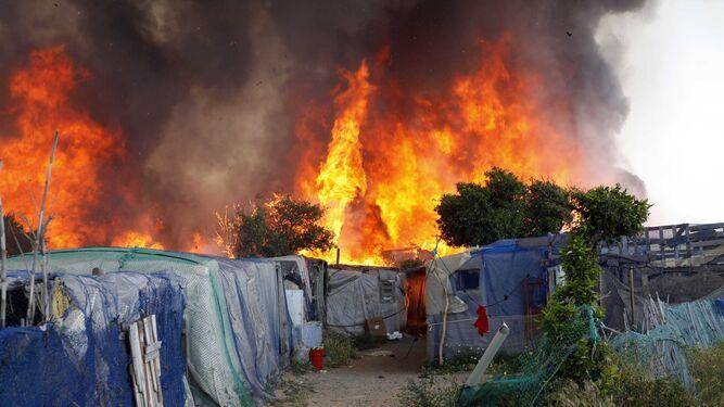 El fuego alcanzó niveles preocupantes poco después del mediodía.