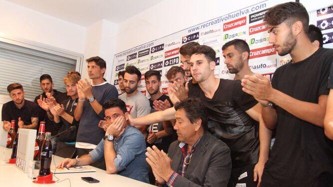 Zamora se despide ovacionado entre los aplausos de sus compañeros.