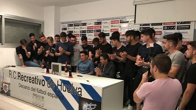 Los jugadores del Recre aplauden a Zamora al final de la rueda de prensa.
