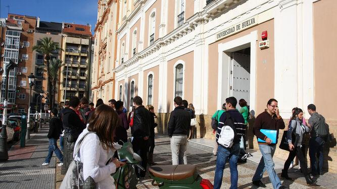 Estudiantes en el exterior de la Facultad de Empresariales y Turismo.