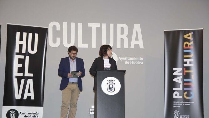 La primera teniente de alcalde, Elena Tobar, acompañada por el presidente de GECA, durante la presentación ayer en la Casa Colón del Plan Culthura.