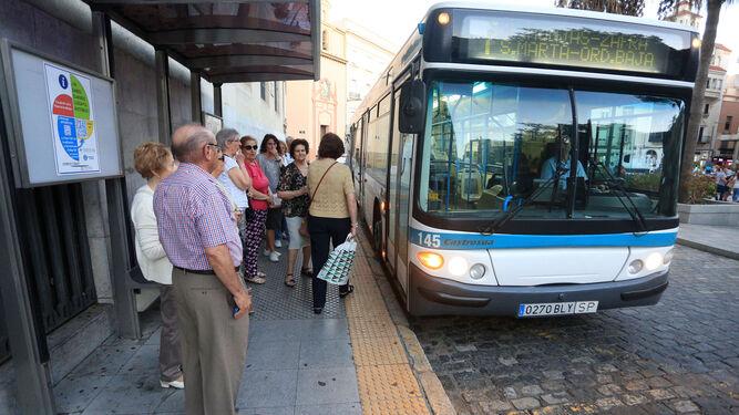 Un autobús de Emtusa durante una parada en la Plaza de las Monjas.