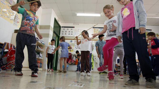 1. Uno de los juegos que se realizan en los talleres del Colegio Castillo de los Zúñiga es la pesca de libros. 2. En las aulas alumnos mayores tienen los juegos de pasapalabras. 3. Los alumnos se divierten caracterizándose como sus personajes de cómic. 4. Profesoras pintan los rostros de los escolares.