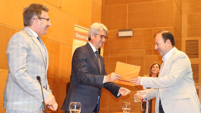 José Antonio Agüera entrega la ayuda para eventos a David González.