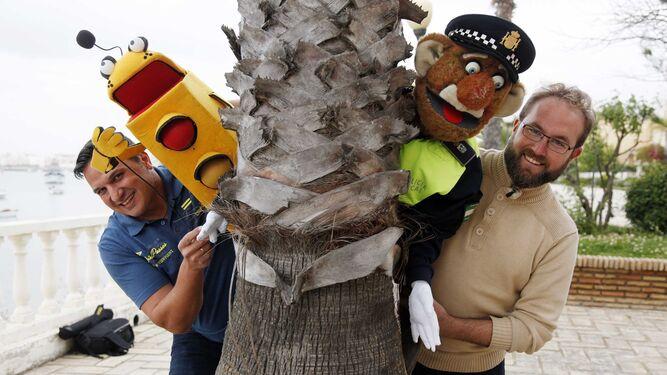 Encuentro. Los agentes de la Policía Local de Isla Cristina Jesús Lima y Carlos Ruiz han trasladado su metodología de trabajo al Primer Congreso Iberoamericano de Policías para la Educación y Seguridad Vial que se celebró en Puente Genil (Córdoba), donde participaron expertos de nueve países y asistieron como ponentes junto a sus simpáticos teleñecos.