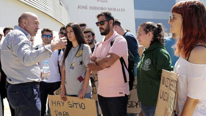 García Machado conversa con alumnos de Agroforestales.