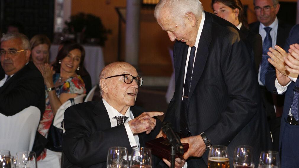Manuel Clavero entrega el galardón a Manuel Olivencia, durante el acto celebrado en el Alcázar