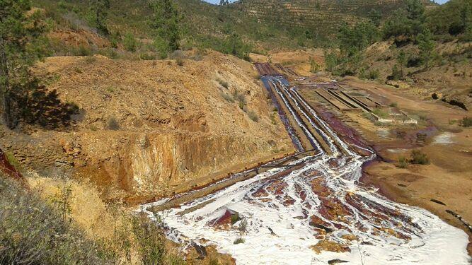 Escorrentías causadas por el vertido de aguas mineras.