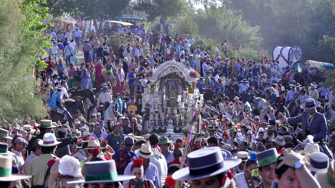 La Hermandad de Triana cruza el Quema, uno de los puntos de alta concentración de romeros.