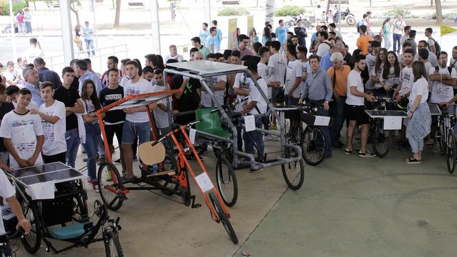 Expectación entre las diferentes creaciones de bicicletas eléctricas que han llevado a cabo alumnos de Educación Secundaria, Bachillerato y FP. Previamente a la salida de las carreras se realizaron las últimas reparaciones a los vehículos ante un jurado.