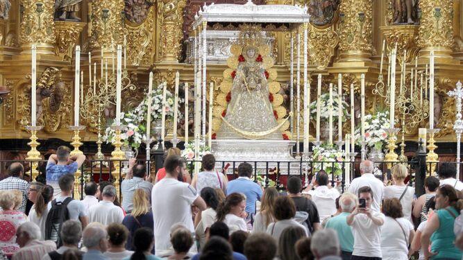 La Virgen del Rocío ya está en el presbiterio de la ermita a la que llegan a diario cientos de devotos.