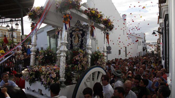 Pétalos de flores a la carreta del Simpecado de Hermandad de Cartaya.