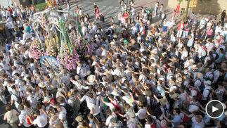 La muchedumbre arropa al simpecado en la salida de la Hermandad de Huelva.