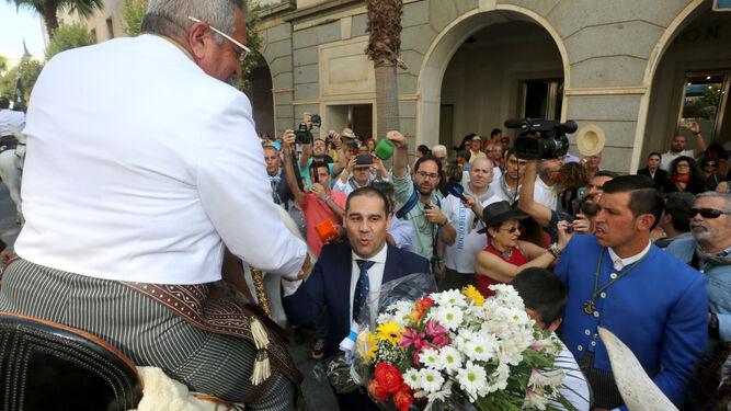 Ramos de flores en una multitudinaria despedida