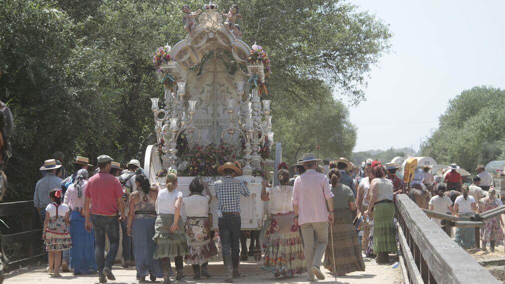 Las hermandades cruzando el puente del Ajolí, en imágenes