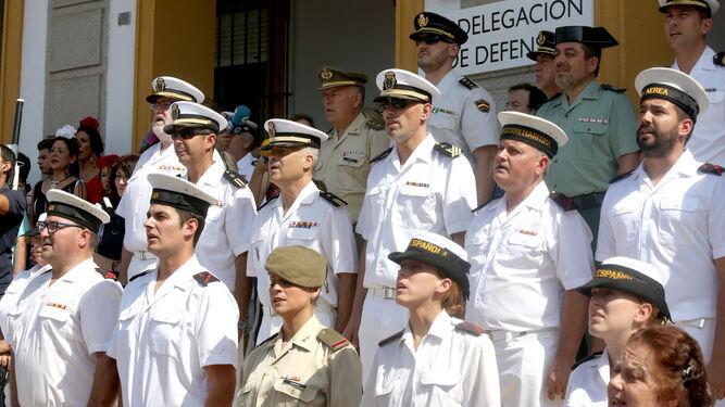 Los marinos y miembros del Ejercito de Tierra cantan la Salve.