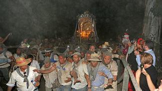Entrada de la Hermandad de Huelva a la aldea Almonteña