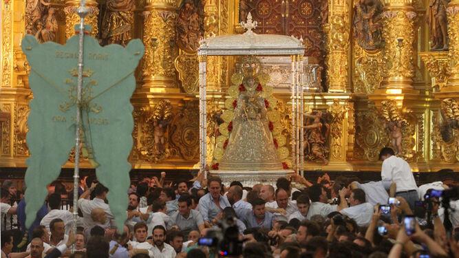 El Simpecado de la Hermandad Matriz de Almonte frente a la Blanca Paloma.