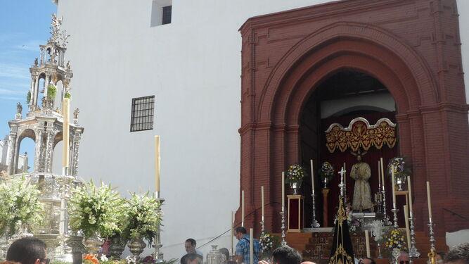 La Custodia ante uno de los altares que se instalaron a lo largo del recorrido procesional.