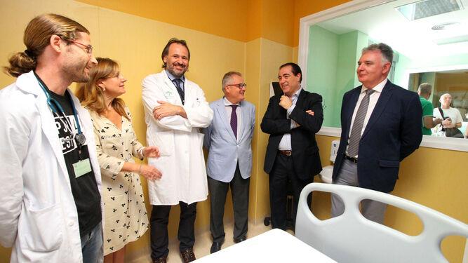 Responsables de la Consejería y del hospital en las dependencias de Pediatría del Juan Ramón.
