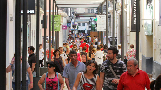 Una de las principales calles comerciales de la capital registraba en la tarde de ayer gran trasiego de personas.
