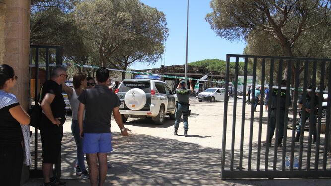 Efectivos de la Guardia Civil custodian la entrada al Camping Doñana.