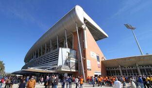 Numerosos aficionados recreativistas esperan en los alrededores del Nuevo Colombino para entrar antes de un encuentro de la pasada temporada.