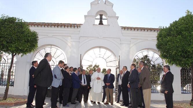 El Consejo y los hermanos mayores en su peregrinación ante la Patrona y Protectora de las hermandades.