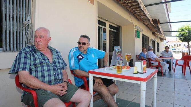 Varios clientes del Hogar del Productor conversan sobre el suceso mientras toman un aperitivo.