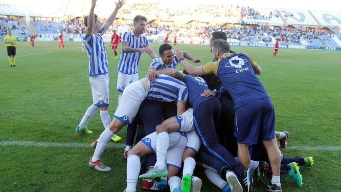 Los jugadores del Recreativo celebran en una piña uno de los goles anotados en el Nuevo Colombino en el pasado ejercicio.