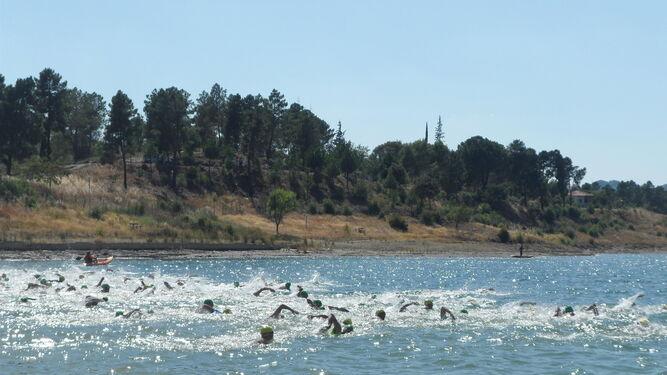 Un momento del tramo de natación, de un kilómetro, llevado a cabo en el pantano de Aracena.