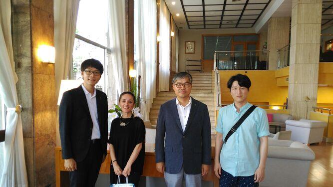La profesora Mercedes Gordo, acompañada por los representantes de la delegación de Corea del Sur.