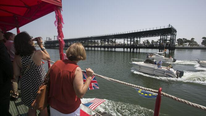 Numerosos onubenses vieron pasar desde el Muelle del Tinto la procesión de la Virgen del Carmen organizada por la Armada.