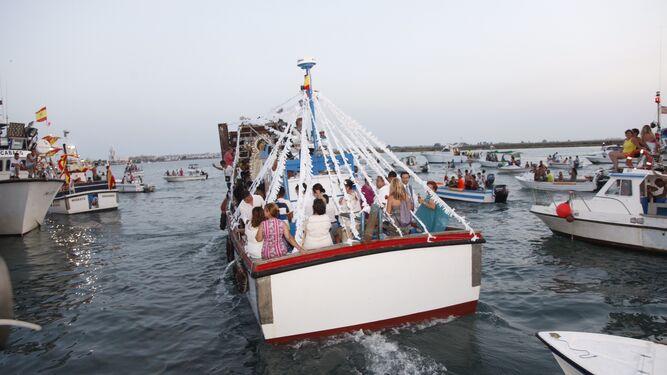 La Patrona de los marineros por las playas de Punta Umbría acompañada por cientos de devotos.