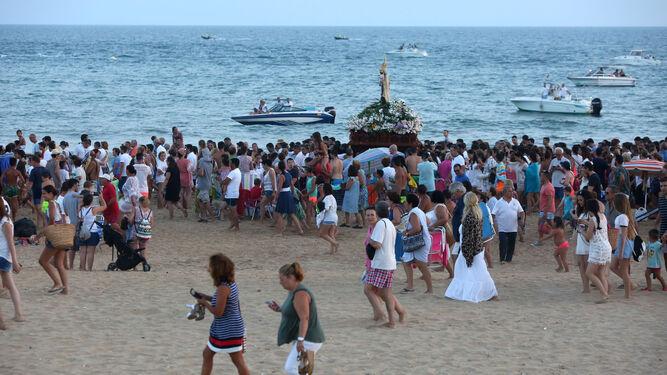 La Virgen del Carmen a hombros por la localidad puntaumbrieña.