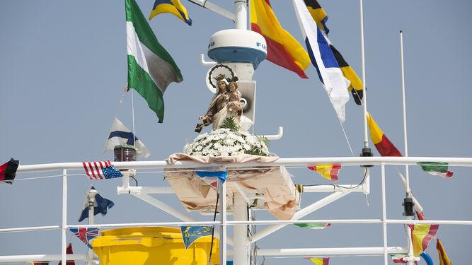 La Virgen del Carmen en la toldilla del barco.