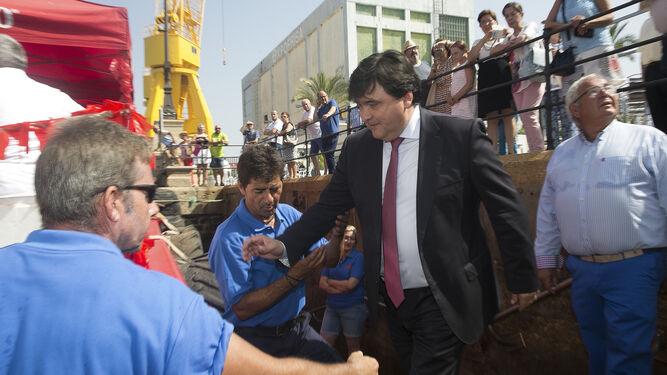 El alcalde de Huelva, Gabriel Cruz, sube al catamarán.