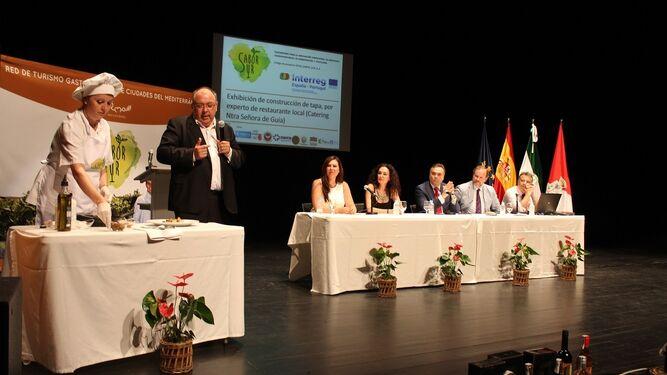 El Teatro España del municipio condal acogió la presentación de las líneas maestras de la iniciativa.