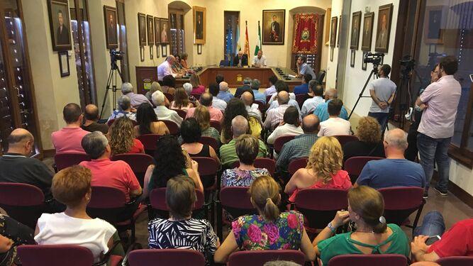 El salón de plenos se quedó pequeño para participar de la toma de posesión.