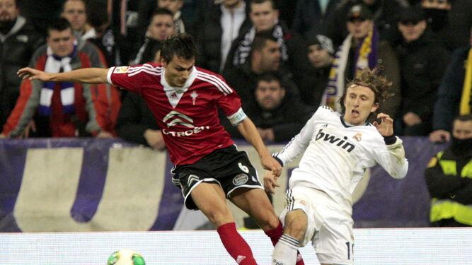 Vila (arriba) pelea un balón con el madridista Modric; abajo, Traoré defendiendo los colores del Olot.
