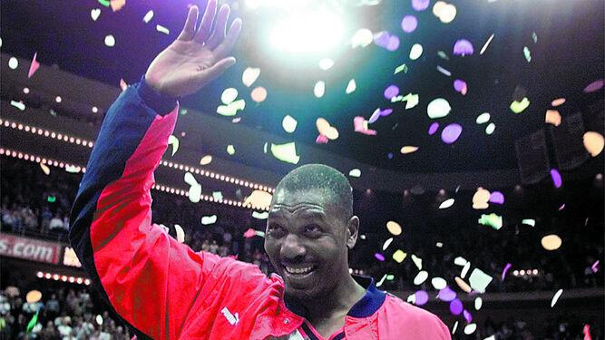 Hakeem Olajuwon, uno de los míticos jugadores del club, en el año 2001.