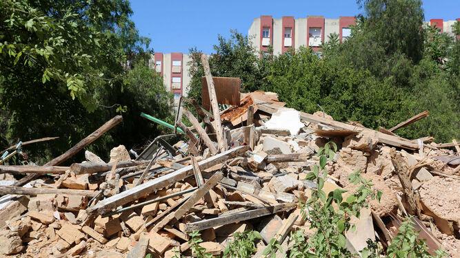La Casa Duclós, en pleno Parque Moret de Huelva, ha quedado reducida a una montaña de escombros.