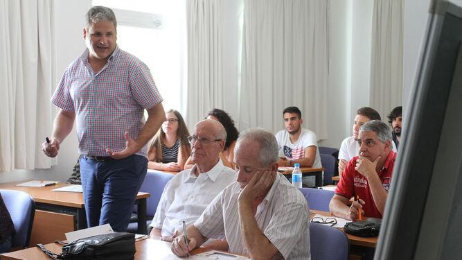 Miguel Cabal, geólogo, y Javier Carvajal, director del curso, explican los objetivos y características del mismo.